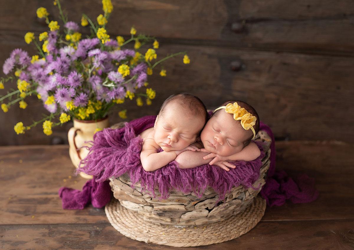fotografia newborn mellizos bizkaia tonos lila y amarillo