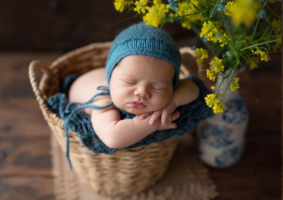 fotografia bizkaia recien nacido en cesta de mimbre